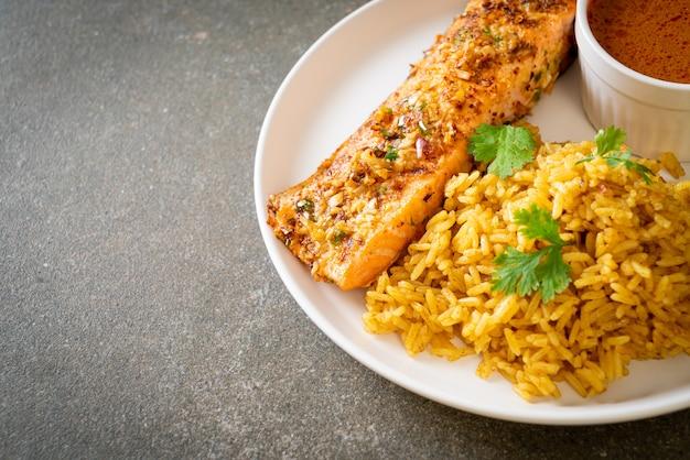 Pan aangebraden zalm tandoori met masala rijst. moslim eten stijl