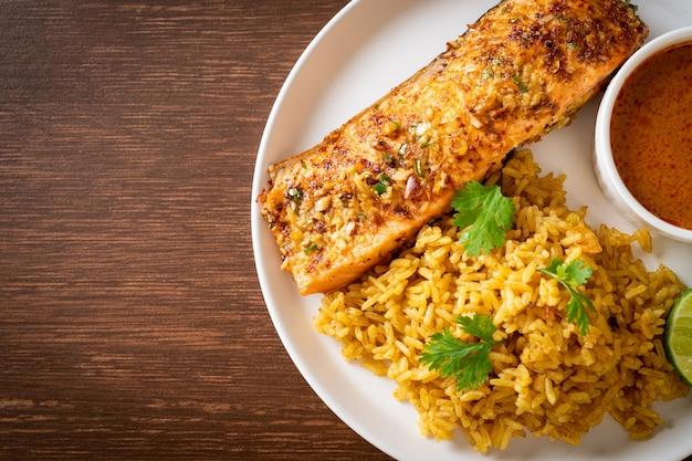 Pan aangebraden zalm tandoori met masala rijst - moslim eten stijl