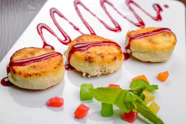 Pan-fried cottage cheese pasteitjes met aardbeijam