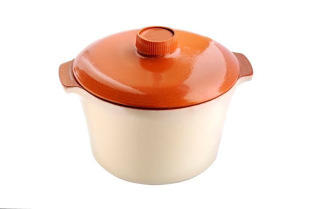 Pan. keramische steelpan met rode dekking die op witte achtergrond wordt geïsoleerd. oranje kokend aardewerk.