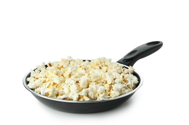 Pan met popcorn geïsoleerd op een witte achtergrond.