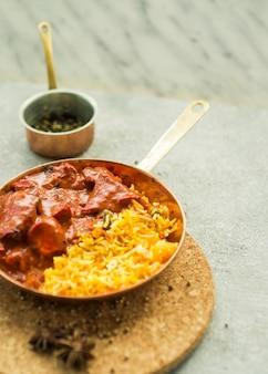 Pan met rijst en vlees saus