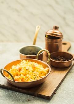 Pan met rijst op keuken