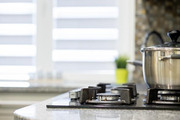Pan op het fornuis in keuken interieur huis