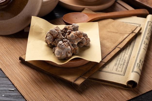 Panax notoginseng, chen, oude chinese medicijnboeken en kruiden op tafel