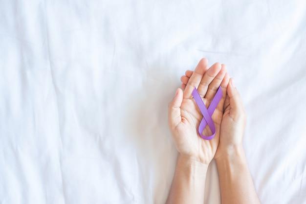 Pancreaskanker, teelbal, wereld alzheimer, epilepsie, lupus en geweld dag bewustwordingsmaand, vrouw met paars lint voor het ondersteunen van mensen die leven. gezondheidszorg en wereldkankerdag concept
