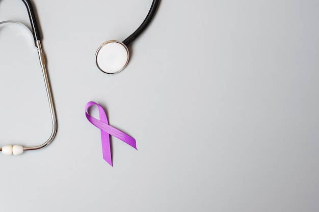 Pancreaskanker, wereld alzheimer, epilepsie, lupus en huiselijk geweld dag bewustwordingsmaand, vrouw met paars lint met stethoscoop. gezondheidszorg en wereldkankerdag concept