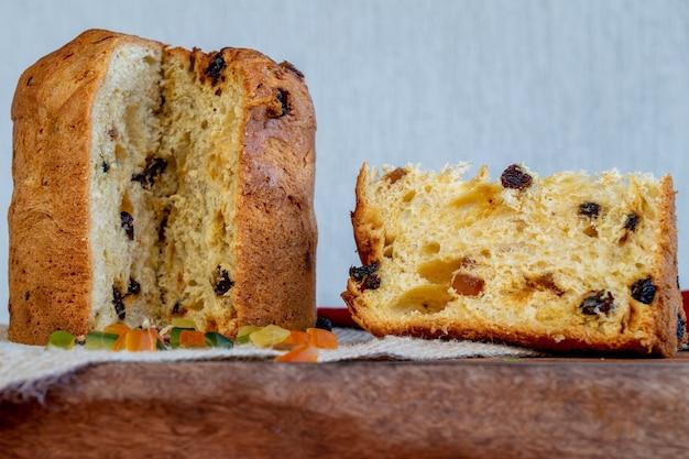 Panettone, plakje italiaanse kerstcake op tafel.