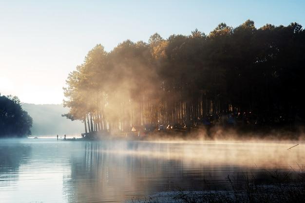 Pang oung reservoir met mist en zonsopgang.