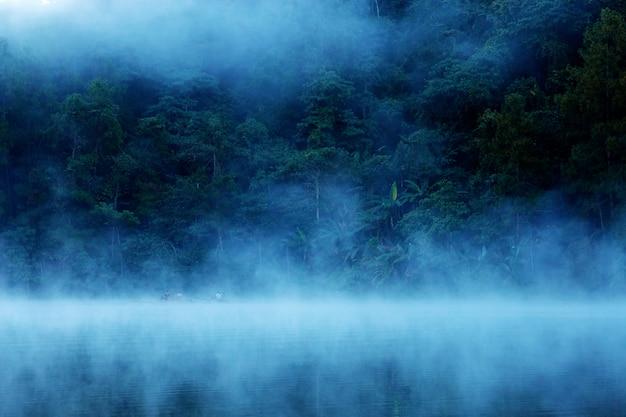 Pang oung reservoir met mist.
