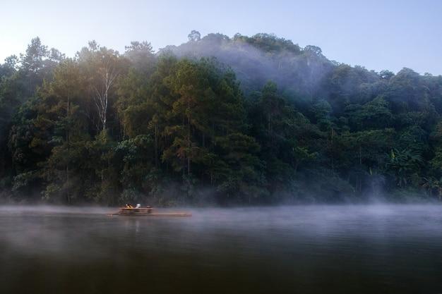 Pang oung reservoir met natuurlijk 's ochtends in de winter.