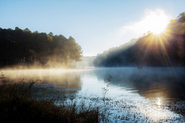 Pang oung reservoir met zonsopgang in de winter.