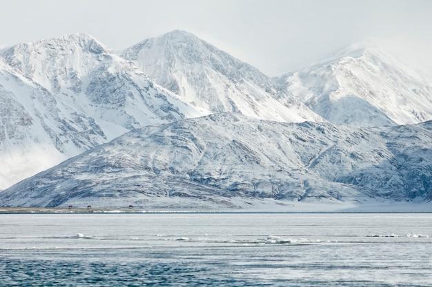 Pangong lake of pangong tso en sneeuwbergketen in leh ladakh, india