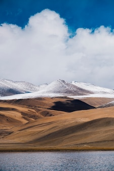 Pangongmeer en berg in leh ladakh, india