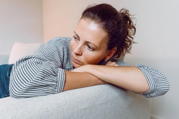 Paniekaanvallen jonge vrouw triest angst stressvolle depressief emotioneel op de bank
