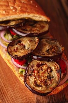 Panini. italiaanse hamburgers. panini met groenten en vlees.