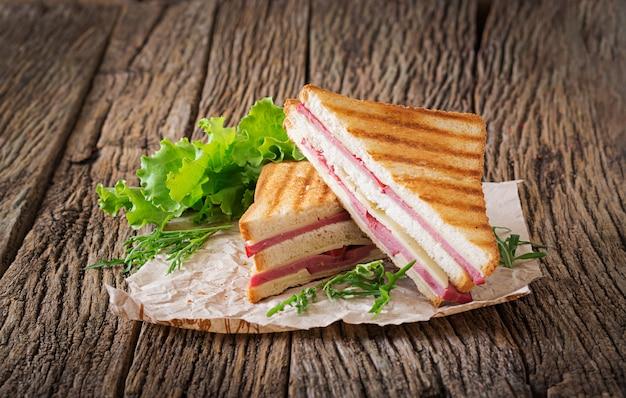 Panini met ham en kaas op houten tafel