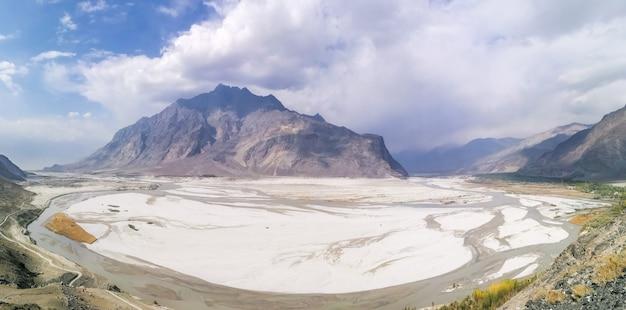 Paniramicmening van woestijn met bergen en indus-rivier in skardu, pakistan.