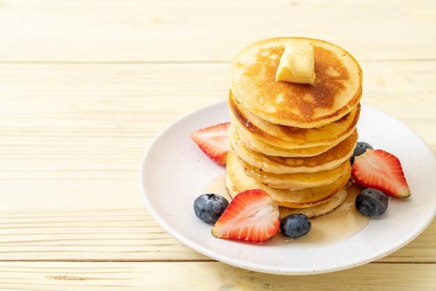 Pannenkoek met aardbeien, bosbessen en honing
