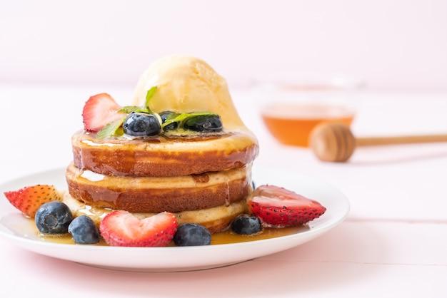 Pannenkoek met bosbessen, aardbeien, honing en vanille-ijs