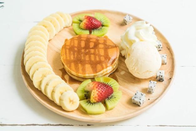 Pannenkoek met vanille-ijs en fruit
