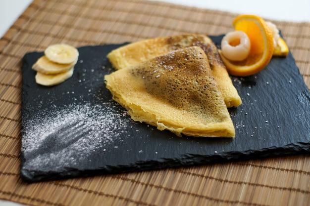 Pannenkoek op een restaurant tafel