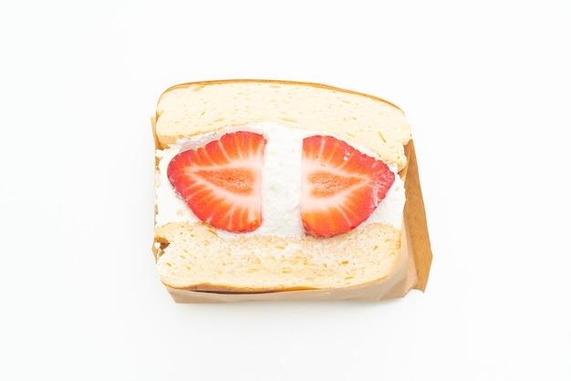 Pannenkoek sandwich aardbei verse room geïsoleerd op een witte achtergrond