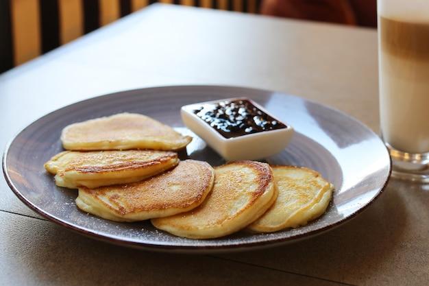 Pannenkoeken als ontbijt. pannenkoeken met jam.