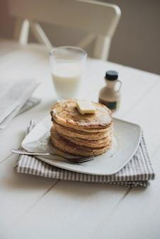 Pannenkoeken en melk voor het ontbijt op tafel
