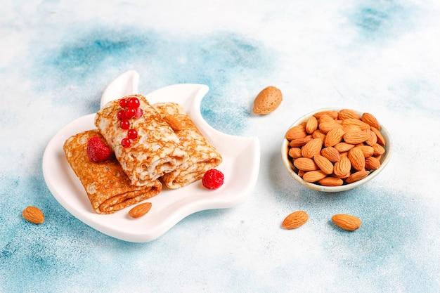 Pannenkoeken gevuld met kwark voor het ontbijt.