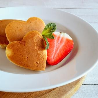 Pannenkoeken in de vorm van een hart met bessen.