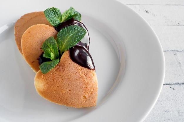 Pannenkoeken in de vorm van een hart met chocolade.