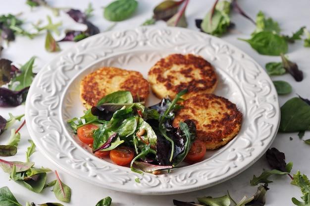 Pannenkoeken met aardappelsalade in een kom