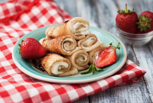 Pannenkoeken met aardbei gerold. ontbijt.