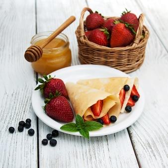 Pannenkoeken met aardbeien en bosbessen