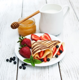 Pannenkoeken met aardbeien en chocoladesaus