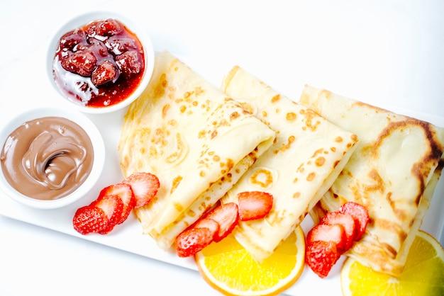 Pannenkoeken met aardbeien, jam en chocoladeroom
