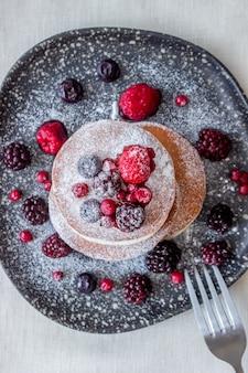 Pannenkoeken met bramen, frambozen en rode aalbessen. amerikaanse keuken.