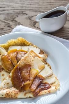 Pannenkoeken met brie en gekarameliseerde schijfjes appel