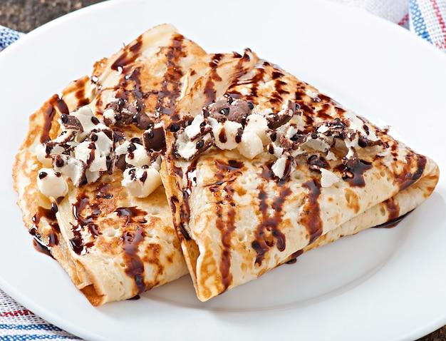 Pannenkoeken met chocoladesiroop en pruimen