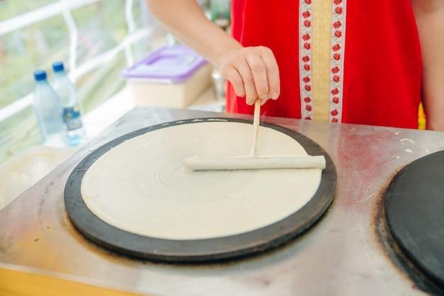 Pannenkoeken met crêpe zijn handgemaakte pannenkoeken op een hete metalen grill. outdoor zomerfestival