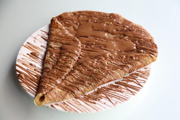 Pannenkoeken met daarop gesmolten chocolade