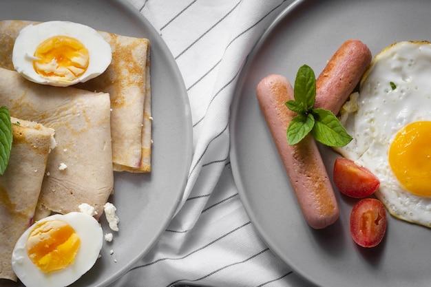 Pannenkoeken met eieren en hotdogs