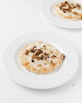 Pannenkoeken met gesmolten kaas en noten