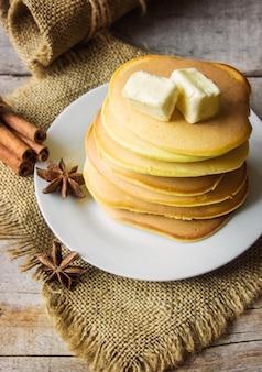 Pannenkoeken met honing en boter. selectieve aandacht.