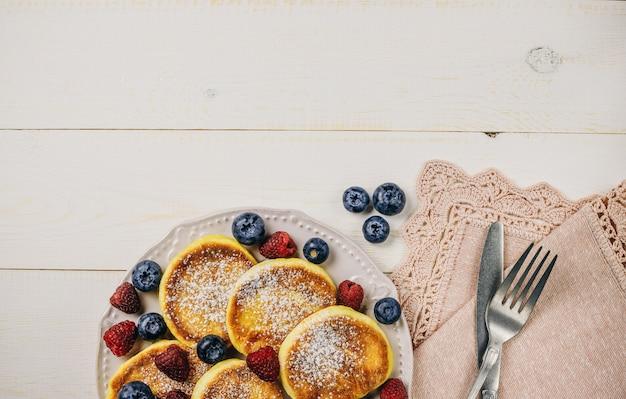Pannenkoeken met verse frambozen, bosbessen op plaat