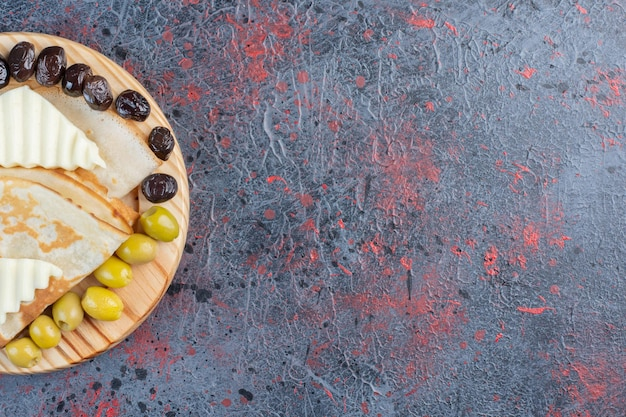 Pannenkoeken met witte kaas en zwarte en groene olijven.