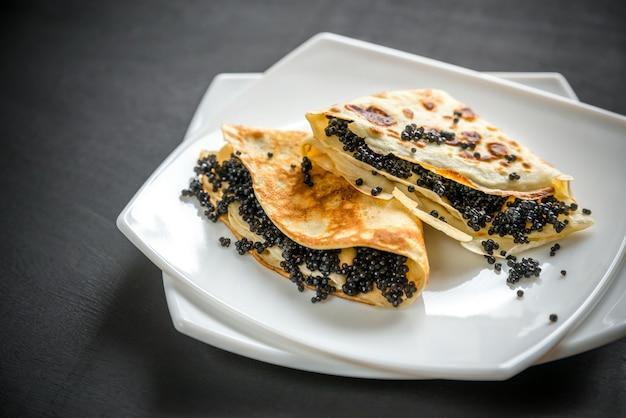 Pannenkoeken met zwarte kaviaar