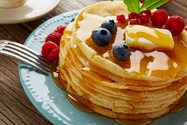 Pannenkoeken ontbijt siroop koffie en sinaasappelsap