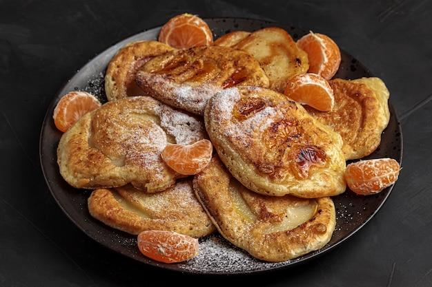 Pannenkoeken ontbijt. zoete zelfgemaakte dessertbord. heerlijke ochtendkeuken